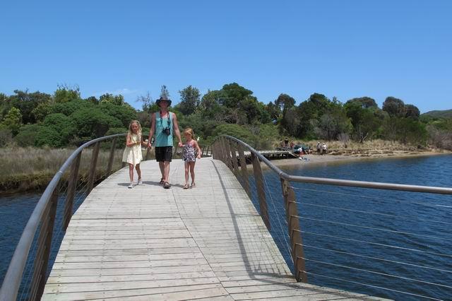 Vi skal først lidt op ad floden og så over en bro for at komme til